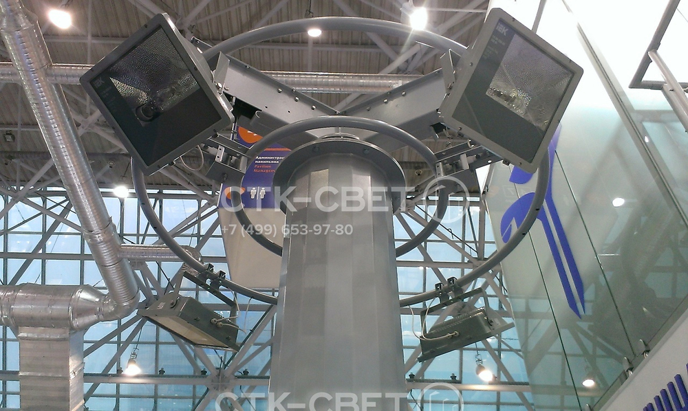 На фото изображен оголовок мачты с поднятой короной. Он имеет механизм для движения торосов через блоки и специальные упоры для центрирования рамы при подъеме. В верхнем положении рама фиксируется для снятия нагрузки с тросов.