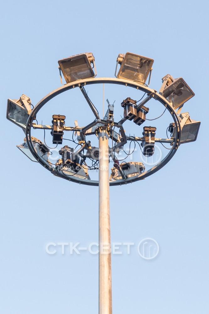 Высокая прочность спускаемой короны позволяет устанавливать на ней светильники и пускорегулирующую аппаратуру. Для удобного спуска используется оголовок сложной конструкции, который крепится к стволу с помощью фланца.
