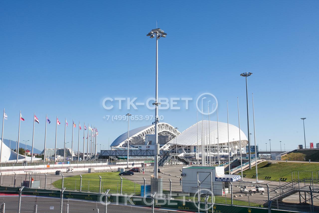 На фото изображены осветительные мачты, которые установлены на территории, прилегающей к спортивному объекту. Обратите внимание, что у мачты на оголовке закреплен штырь молниеприемника.