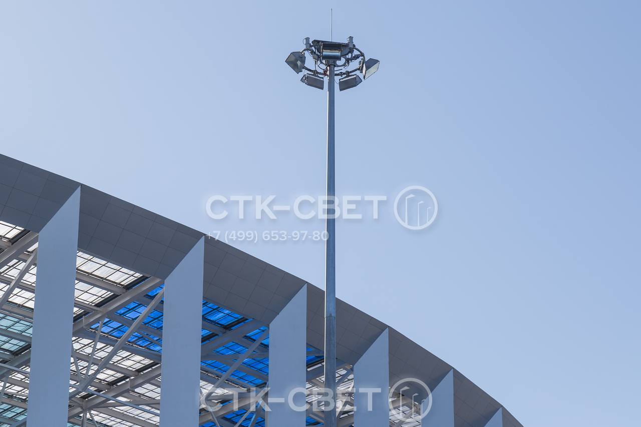 На фото изображена спускаемая корона мачты освещения, на которой закреплены прожекторы направленного освещения и штырь молниеприемника. В зависимости от пожеланий клиента корона может иметь круглую, многогранную или иную форму.