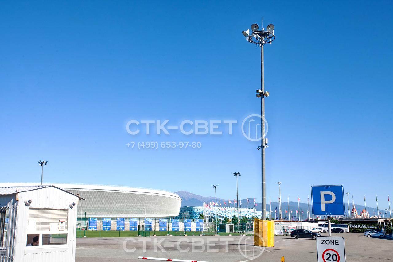 На оголовок мачты с мобильной короной можно установить не только светильники, но и другое оборудование. Например, громкоговорители или ретрансляторы. Обслуживать их можно с уровня земли при спущенной короне.