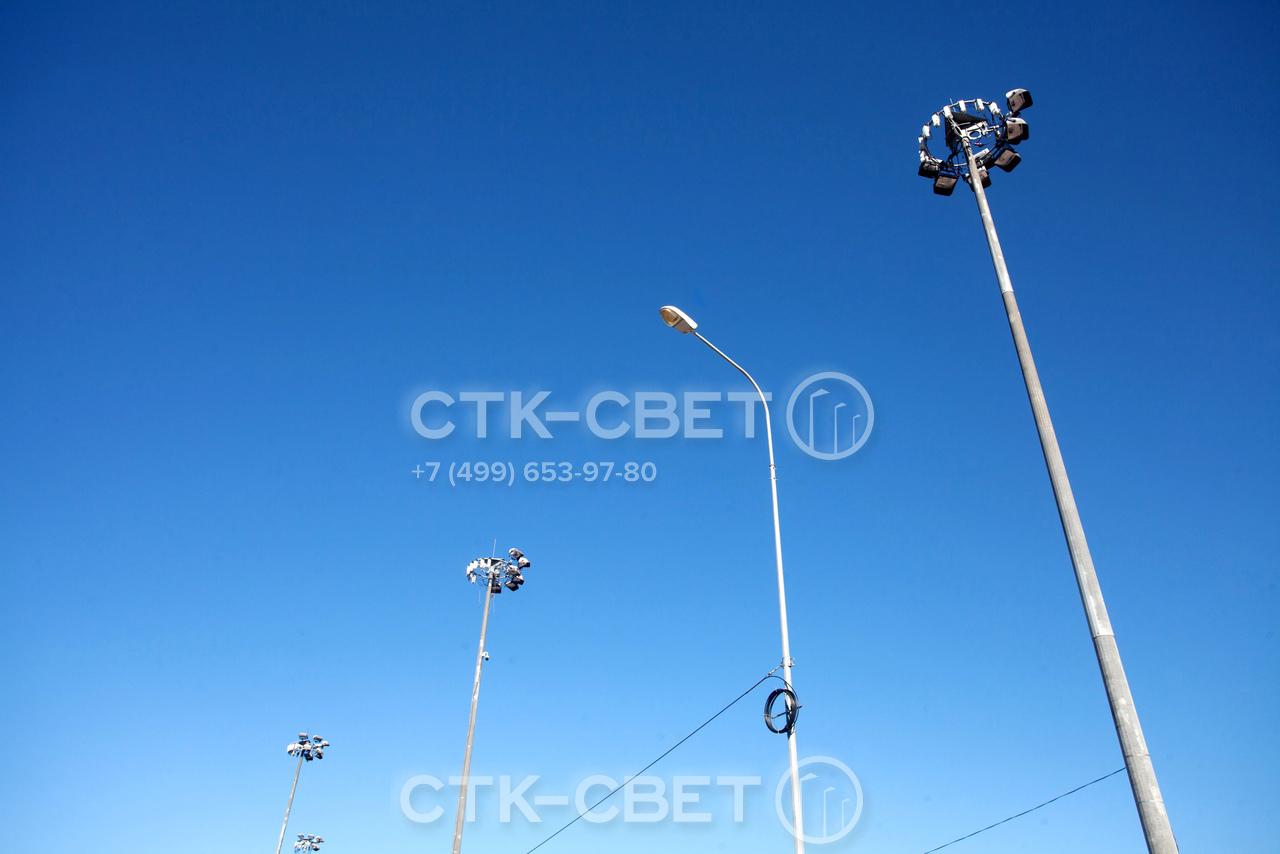 В зависимости от количества и места расположения осветительных приборов на оголовке мачты инженеры могут создать заливающее или направленное освещение. Граненый ствол конструкции органично сочетается с осветительными опорами.