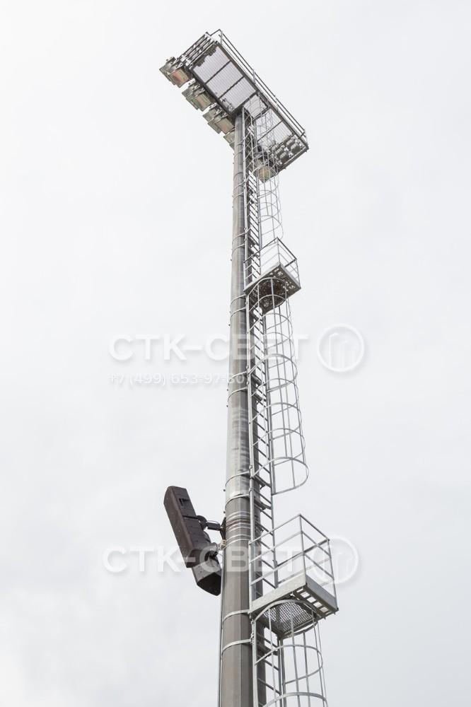 Мачта со стационарной короной оснащается лестницей с предохранительной рамой, по которой работники могут подняться на оголовок. Для отдыха во время подъема предусмотрены площадки с ограждением.