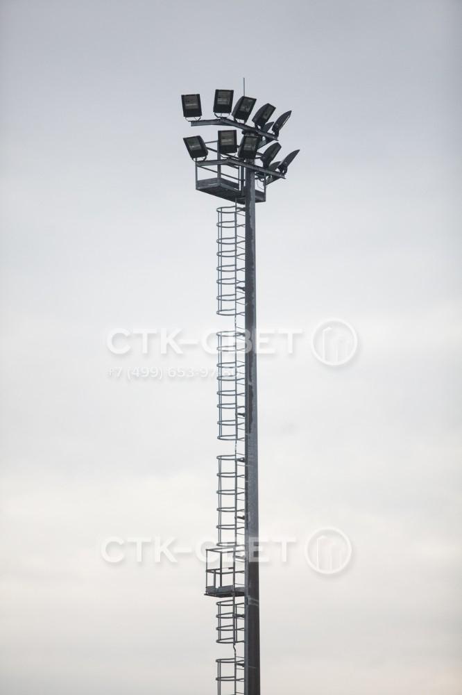 Для удобного обслуживания осветительных приборов на ствол мачты крепится лестница с предохранительной рамой. Через каждые 6 метров устанавливаются промежуточные площадки для отдыха персонала во время подъема.
