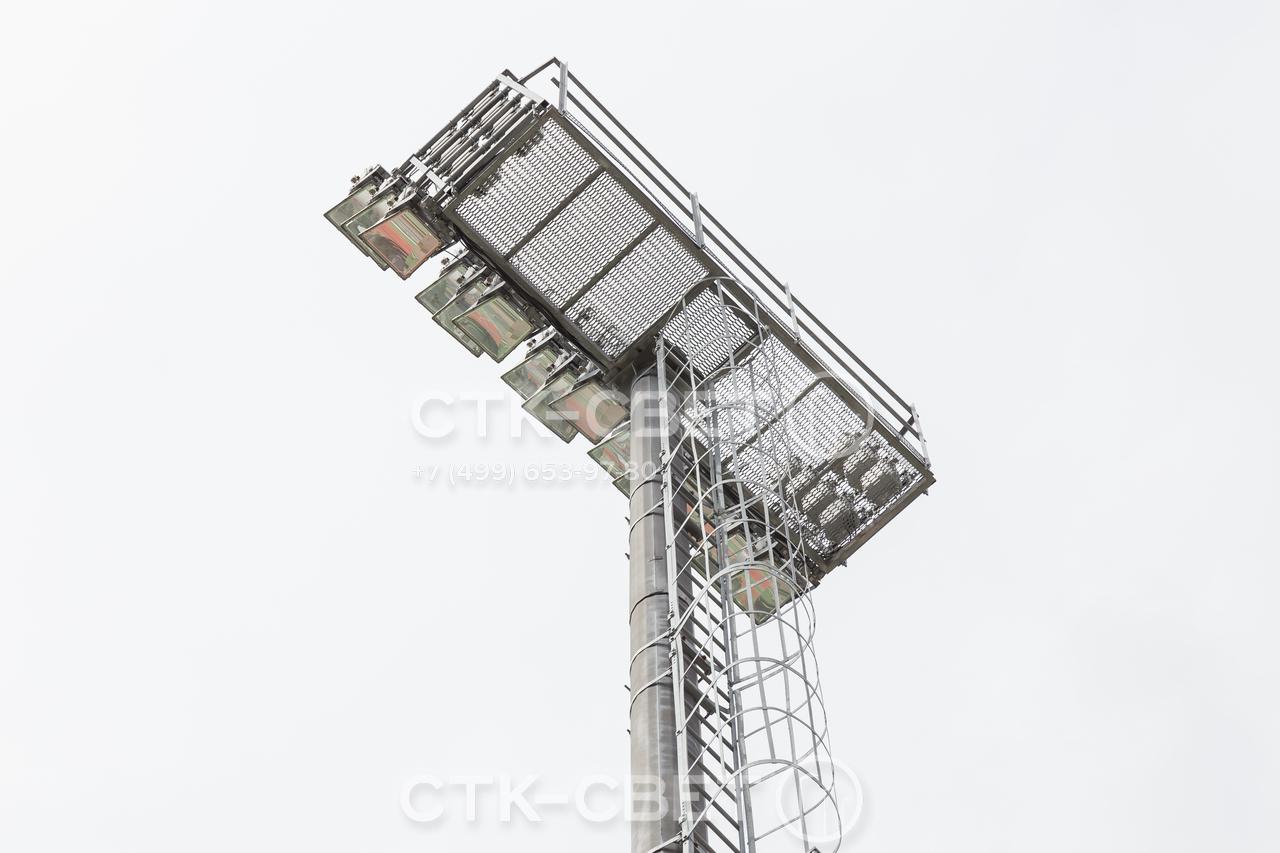 На фото изображена техническая площадка в верхней части мачты со стационарной короной. Настил у площадки имеет просечки для уменьшения веса и снижения нагрузок на оголовок. Все элементы защищены от коррозии методом горячего цинкования.