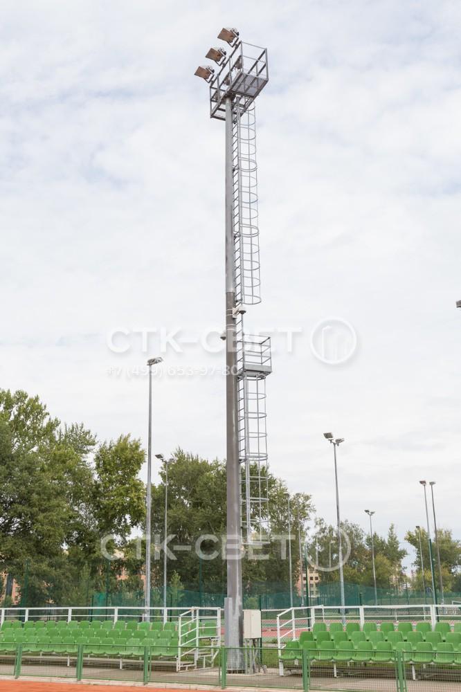 В верхней части мачты со стационарной короной имеется техническая площадка с ограждением. На ней находится работник во время выполнения обслуживающих работ. Перила служат рамой для установки приборов освещения.