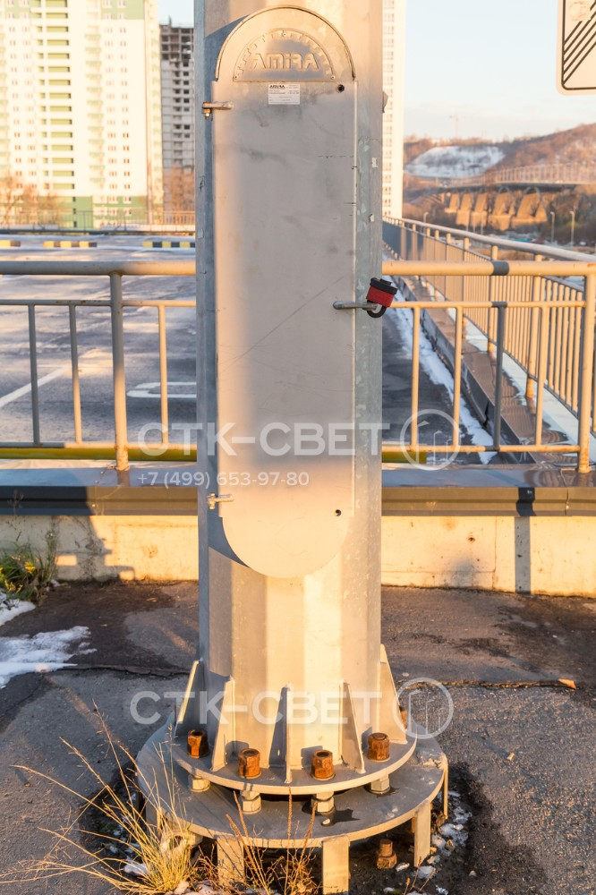 Для коммутации электрической части мачт с подземными силовыми линиями используются клеммные колодки и УЗО, размещенные в ревизионном отверстии. Оно защищено крышкой для предотвращения доступа посторонних.