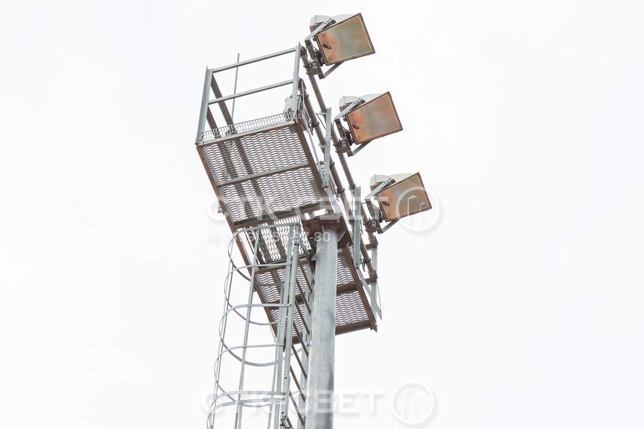 Технологическая площадка и рама для приборов освещения крепится к стволу мачты с помощью фланца. Это упрощает сборку на месте, повышает надежность соединения и дает возможность разобрать конструкцию при необходимости.