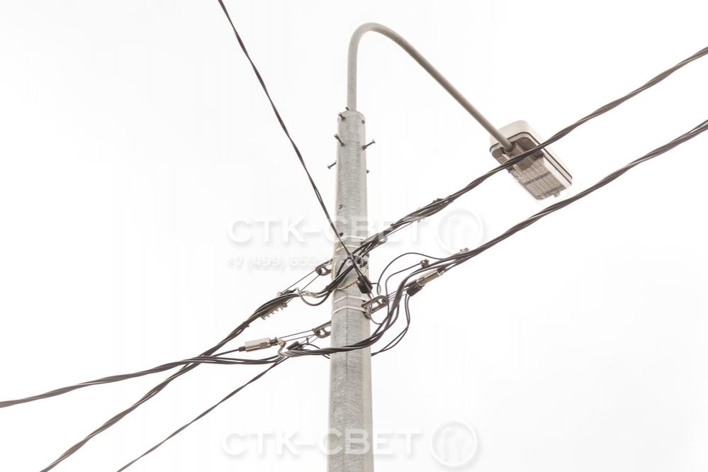 Для крепления электрических силовых линий к стволу используется отдельно приобретаемая арматура. Ввод провода для работы светильника производится через отверстие в корпусе. Благодаря этому улучшается внешний вид кронштейна.