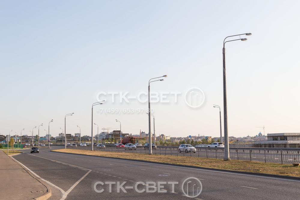 Если необходимо ярко осветить объект транспортной инфраструктуры, на оголовок силовой опоры устанавливают кронштейн с двумя рожками, расположенными по одну сторону от ствола. На них крепят консольные светильники.