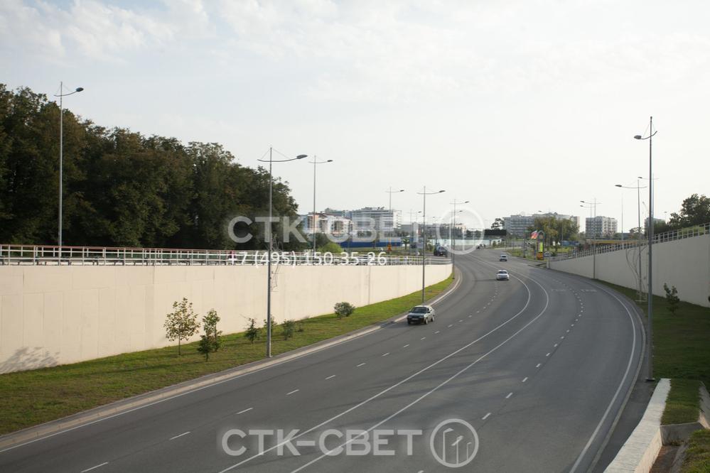 На фото представлены несиловые фланцевые опоры, на верхушке которых установлены декоративные кронштейны. В таком варианте инженерные конструкции используются одновременно как украшение дороги.