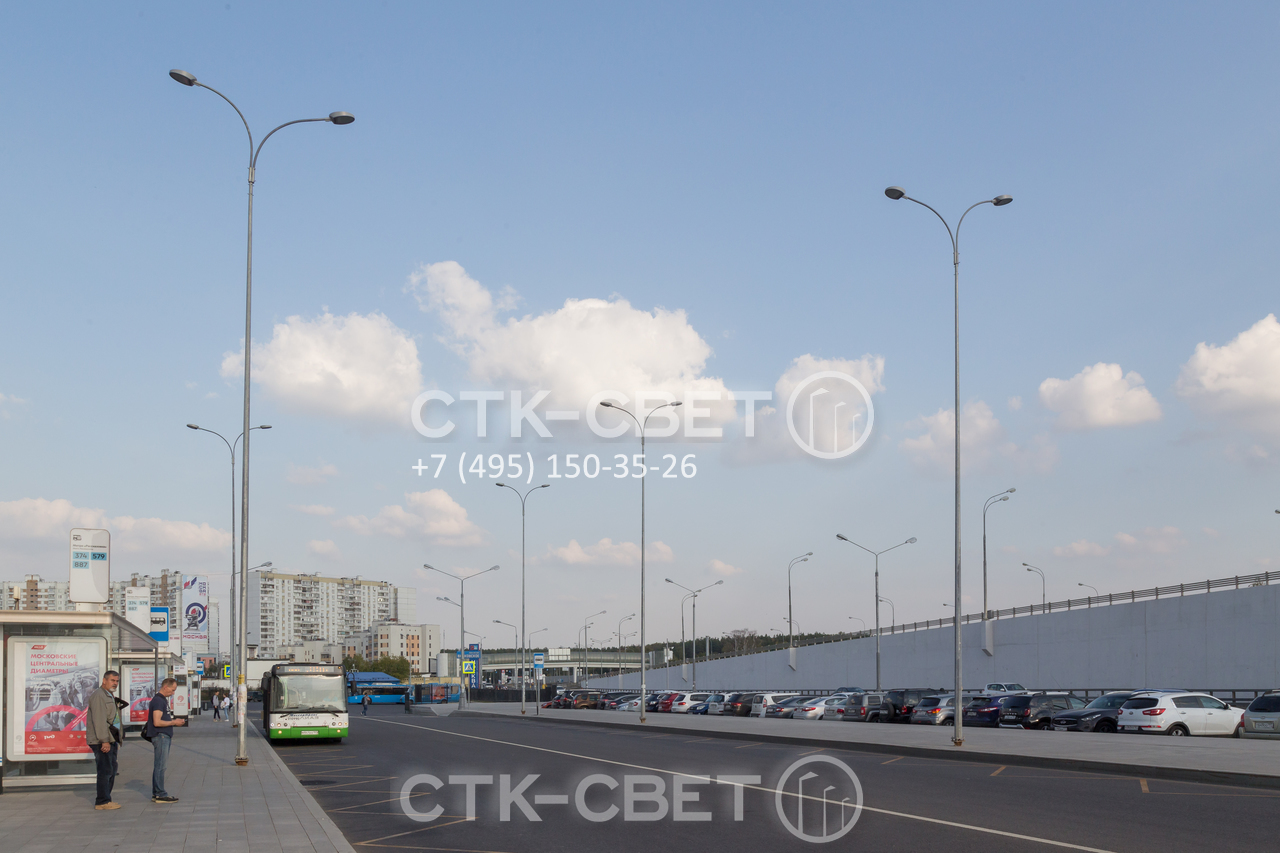 На фото представлены опоры несиловые граненые с радиусными кронштейнами под консольные светильники. Они имеют два рожка и освещают одновременно дорогу и тротуар. Дополнительный плюс – отсутствие силовых линий между стволами.