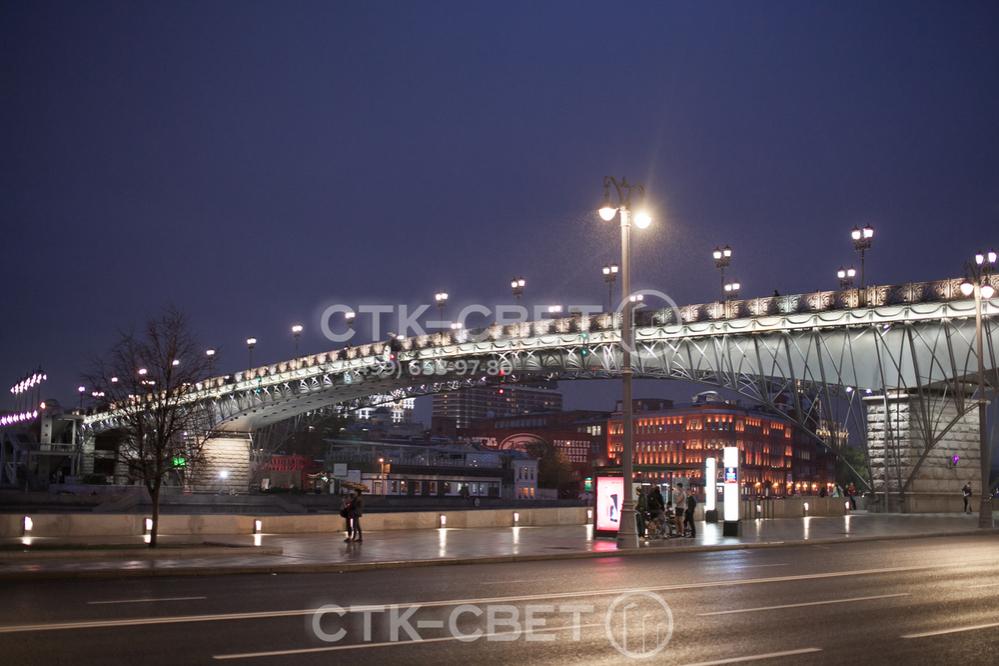 Опоры с круглым стволом легко превратить в декоративные и украсить ими улицы города. Для этого вместо консольных кронштейнов можно установить декоративные модели под подвесные приборы освещения.