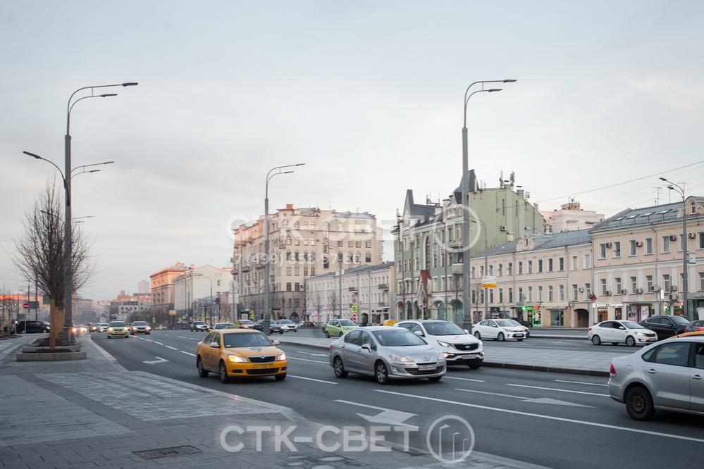 С помощью одной силовой опоры можно ярко осветить автомобильную дорогу в городе. На оголовке опор, изображенных на фото, установлены двухрожковые кронштейны со светильниками, размещенными один над другим.