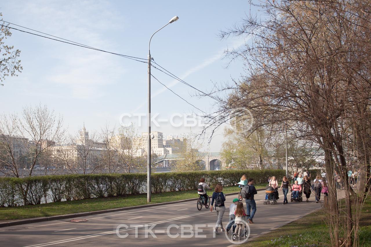 Силовая круглая опора может использоваться для удержания светильника и воздушных проводов. Поэтому система освещения может монтироваться уже после постройки парка без разрушения дорожек и тротуаров в нем.