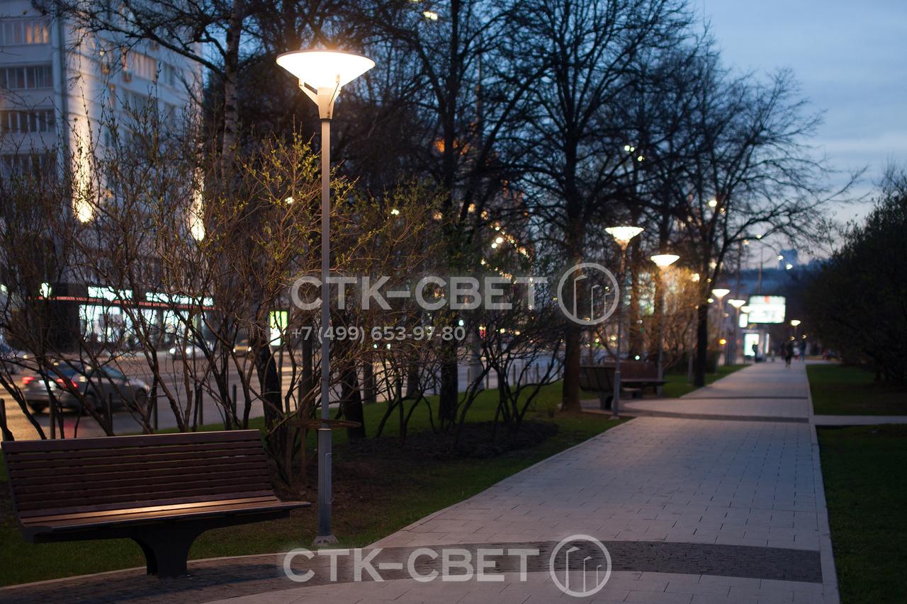 На фото изображена трубчатая опора, применяемая для паркового освещения. На верхушку установлен светильник венчающего типа. Подводка кабелей выполнена под землей, чтобы предотвратить их повреждение и улучшить внешний вид парка.