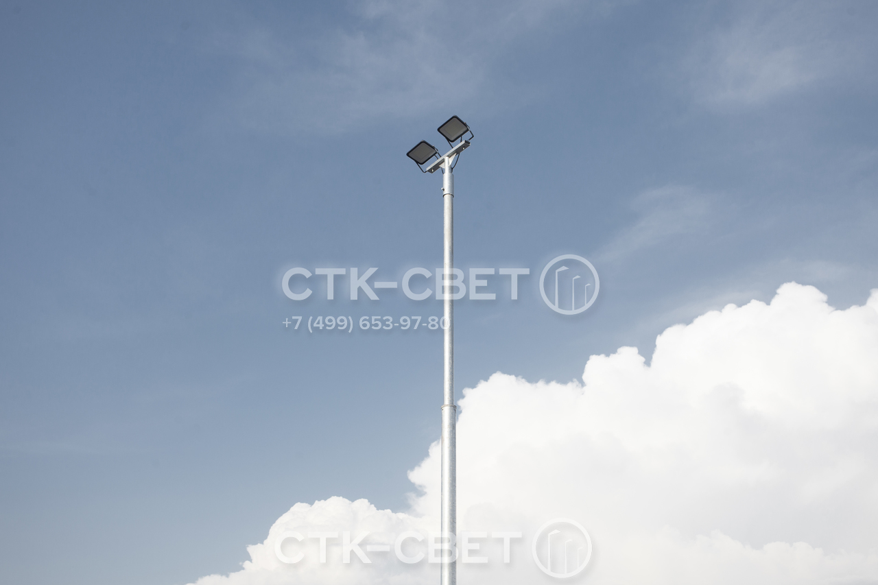 Трубчатая осветительная опора изготовлена из трубного проката. Благодаря простой технологии это изделие имеет доступную стоимость. Использование таких моделей сокращает затраты на обустройство инфраструктуры уличного освещения.
