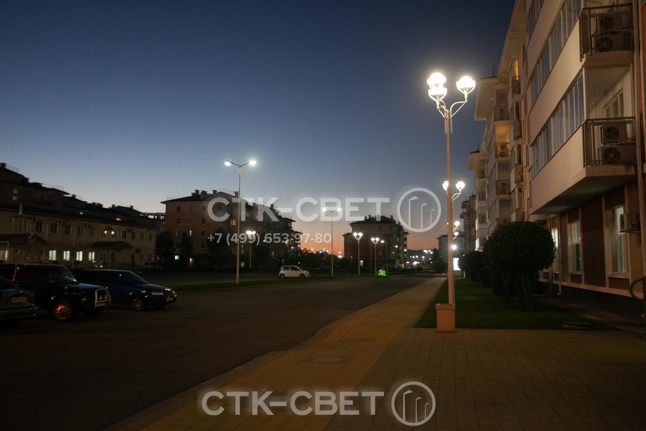 Комплексы осветительные могут использоваться для освещения жилых кварталов. Для создания заливающего освещения на них устанавливаются несколько светильников. Такой подход позволяет сократить число инженерных конструкций на улицах.
