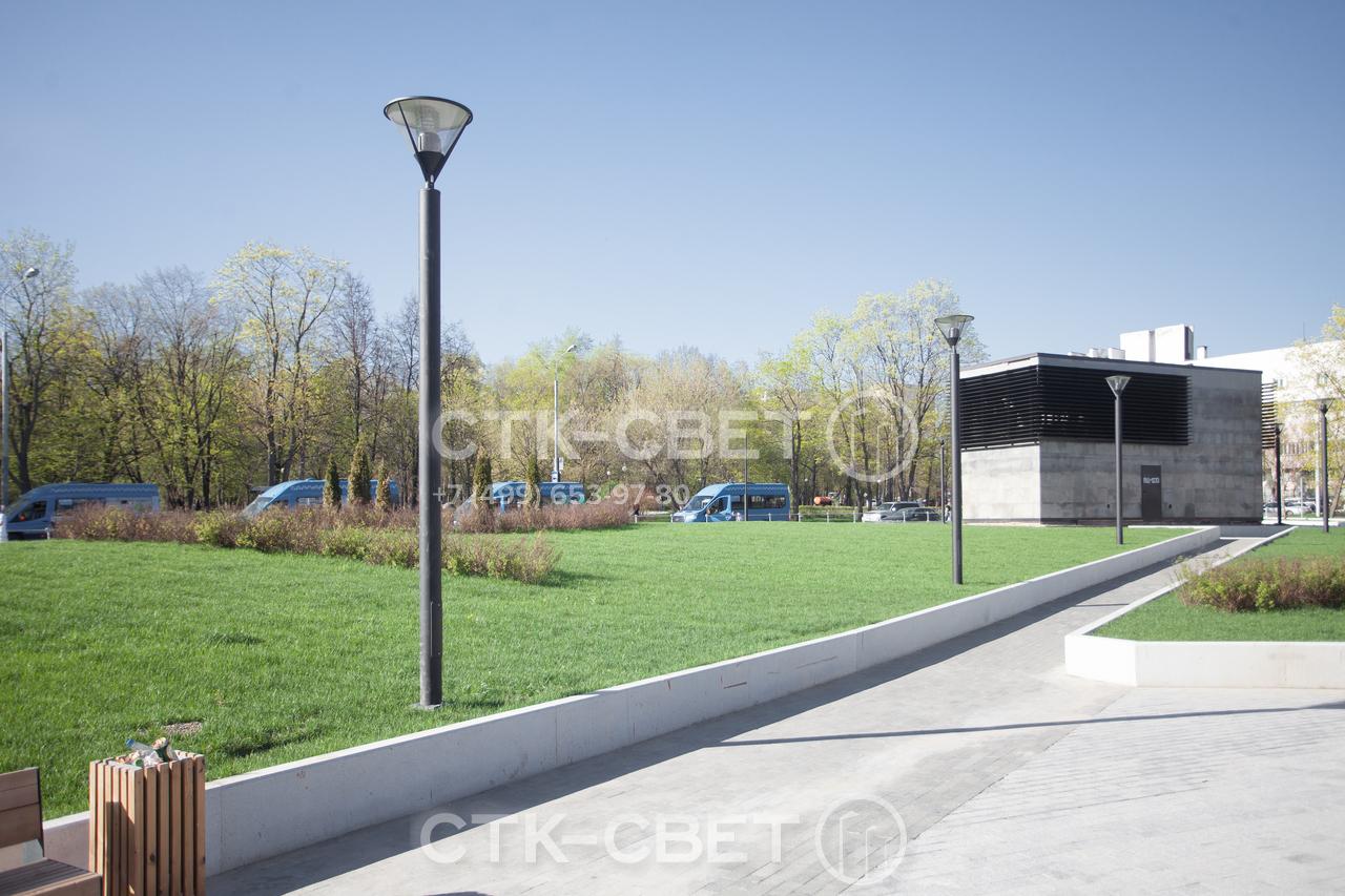 Парковые декоративные опоры этого типа могут использоваться вместе с венчающими светильниками, которые устанавливаются прямо на оголовок. В этом случае световое пятно располагается прямо в точке установки ствола.