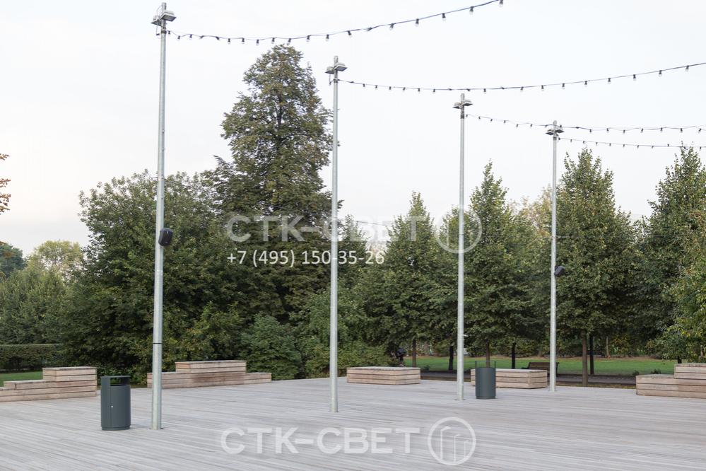 Представленные на фото опоры используются для размещения прожекторов, громкоговорителей и декоративных осветительных элементов. Обратите внимание, что благодаря хвостовику настил площадки расположен вплотную к стволу.