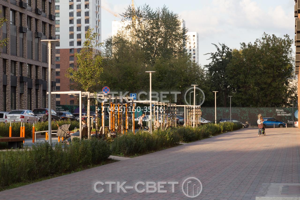 На фото приведен пример использования небольших по высоте опор для освещения спортивной площадки. Световые приборы на оголовках установлены без использования кронштейнов. Провода подведены под землей.