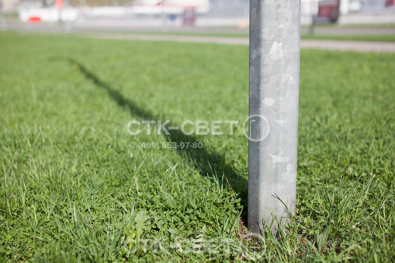 У прямостоечных опор в нижней части конструкции отсутствует громоздкий фланец. Поэтому место установки выглядит более аккуратно и лаконично. Можно высаживать газонную траву вплотную к инженерной конструкции.