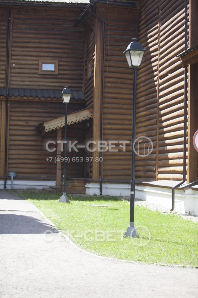 На фотографии изображена опора типа КОД, на верхушке которой установлен светильник в ретро-стиле. Монтаж этой опоры производится с помощью фланца и закладной детали фундамента. Место установки декорировано накладкой.