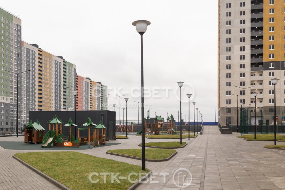 Осветительные парковые опоры с граненым стволом имеют оптимальное соотношение стоимости и эксплуатационных характеристик. Поэтому они часто используются для обустройства систем освещения жилых комплексов.