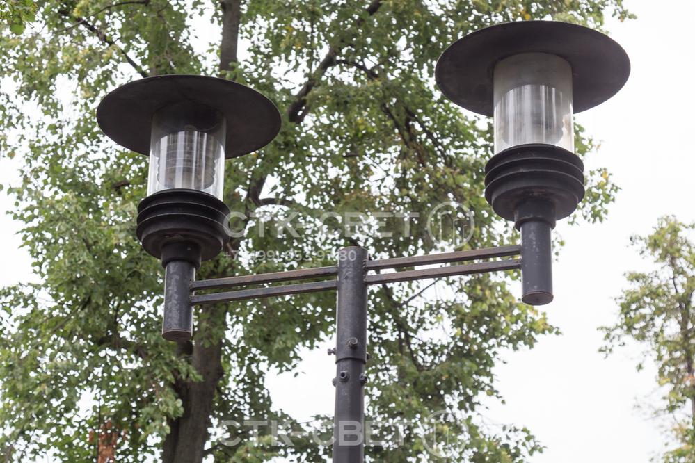 На оголовке опоры можно установить два световых прибора. Для этого используется кронштейн с двумя рожками под венчающие светильники. За счет длины выноса можно варьировать удаленность светового пятна от ствола опоры.