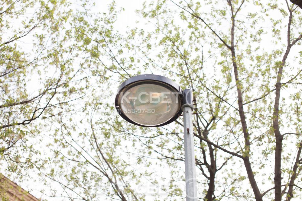 На фото изображена граненая парковая опора со светильником, который закреплен прямо на оголовке. Такой вариант используется в случае, когда нужно осветить ограниченное пространство и расположить световое пятно рядом со стволом.