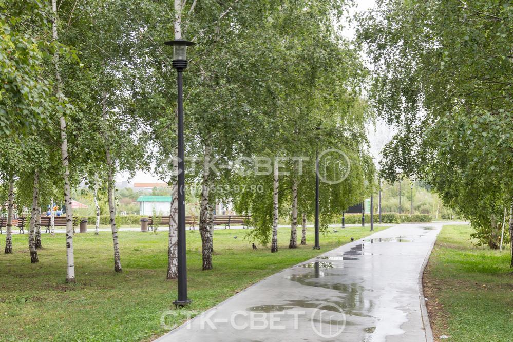 Силовые линии к опорам этого типа подводятся под землей в предварительно вырытых траншеях. Поэтому парковая дорожка выглядит красивее. Провода не мешают любоваться окружающей растительностью и архитектурой.