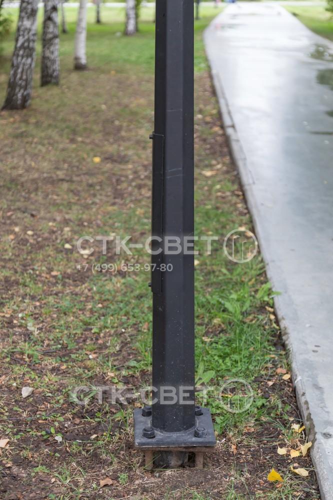 Граненая опора этого типа устанавливается фланцевым методом. Для этого в предварительно пробуренном отверстии бетонируется закладная деталь фундамента, после чего к ней с помощью болтов прикручивается наземная часть.