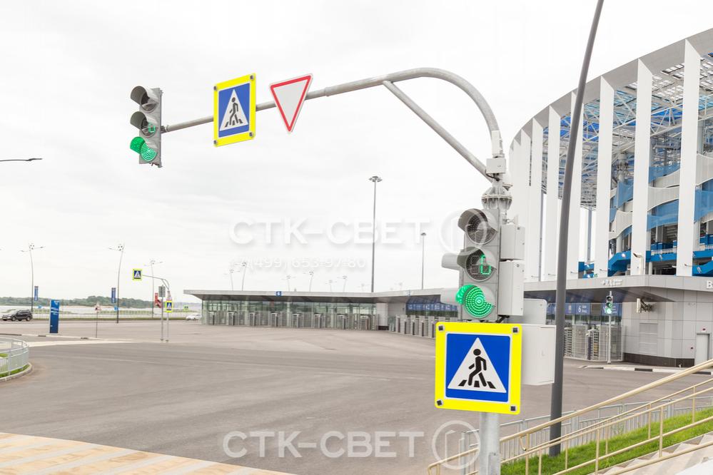 Использование светофорных опор с горизонтальными консолями позволяет размещать дорожные знаки и светофоры над крайними правыми полосами автомобильных дорог. Это увеличивает безопасность движения по ним.