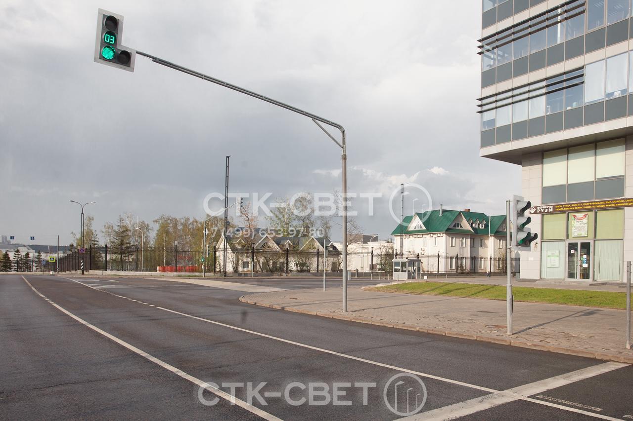 Светофорная опора имеет горизонтальный ствол и вертикальный элемент, расположенный над дорогой. На нем размещается светофор, который хорошо виден водителям в правых крайних полосах движения.