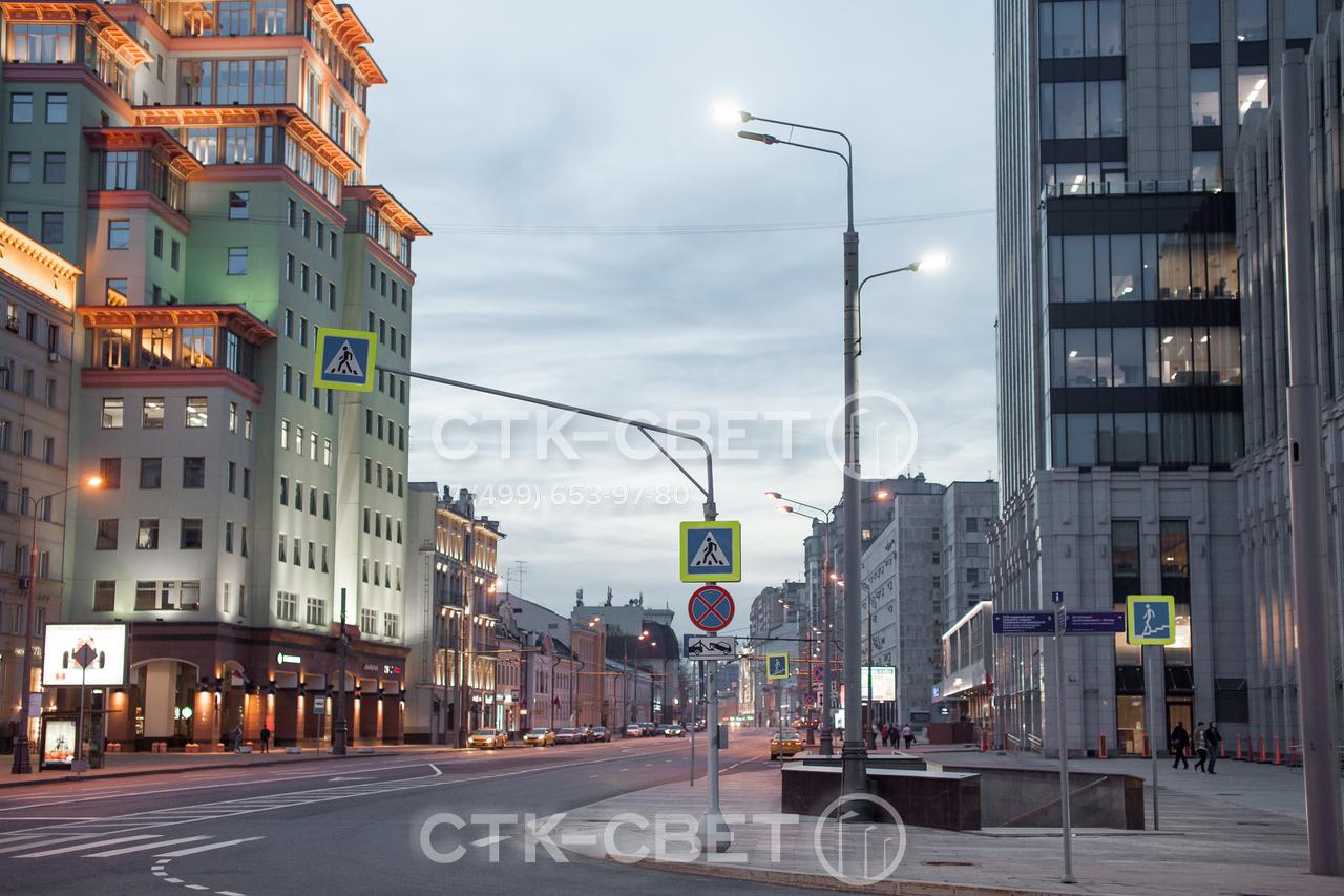 Светофорная опора, изображенная на фото, используется для размещения дорожных знаков. Горизонтальный элемент дает возможность установить знак прямо над проезжей частью и сделать его видимым для водителей.
