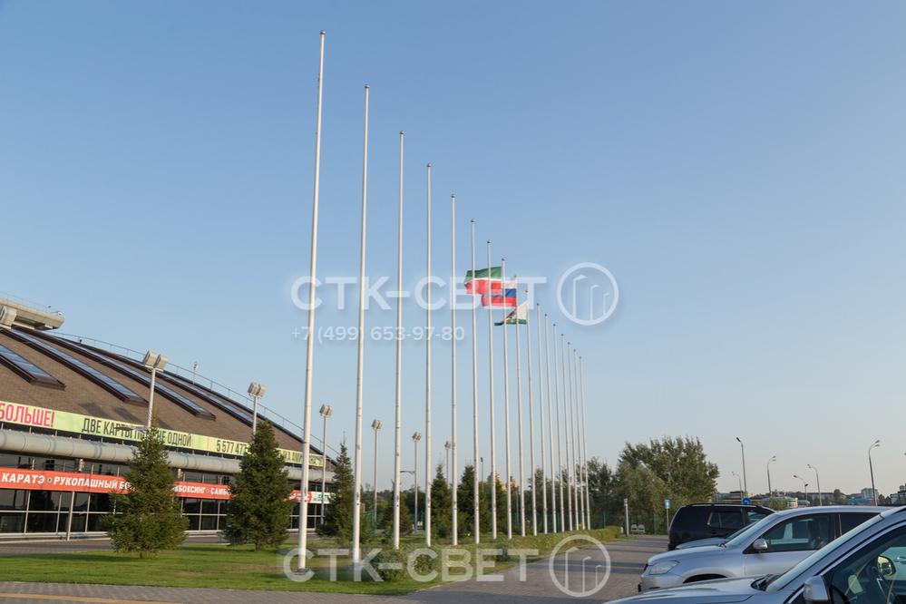 Флагштоки часто применяются для оформления территории, прилегающей к спортивным и развлекательным объектам. На фото изображены конструкции, установленные перед стадионом.