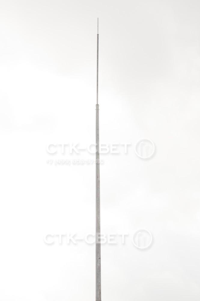 Молниеотвод изготовлен на базе опоры с граненым стволом. Вершины многоугольника играют роль ребер жесткости, за счет чего конструкция приобретает повышенную жесткость. Коническая форма способствует повышению стабильности.