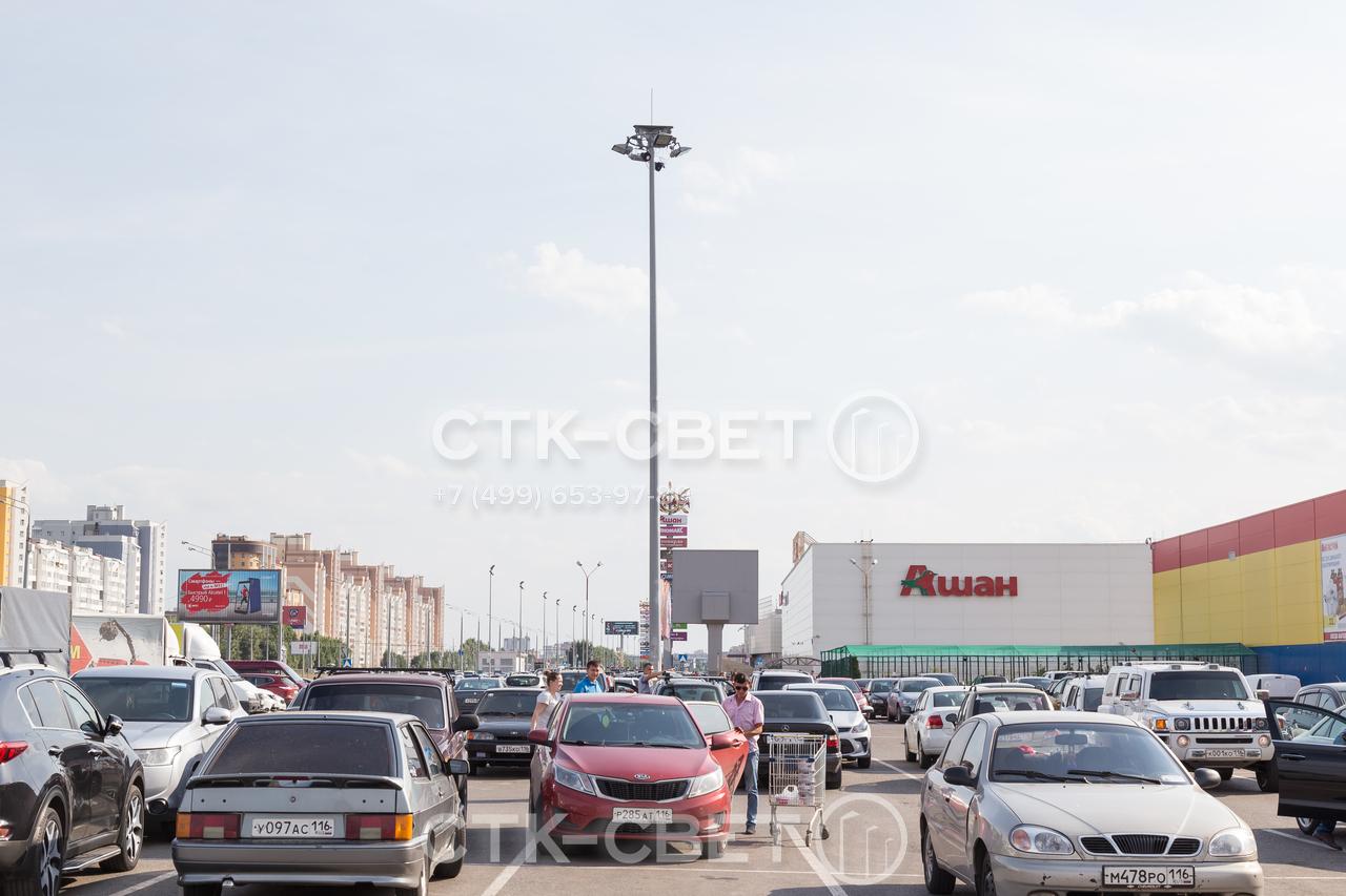 Применение молниеотводов ВГМ для освещения площадок перед торговыми центрами упрощает маневрирование транспорта. Машинам не мешают стволы и висящие в воздухе провода для подачи электричества к светильникам.