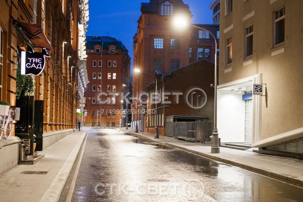 Опоры типа НФК ставятся на фланец. Однако место установки может быть задекорировано тумбой из пластика или чугуна. К такому варианту часто прибегают в случае, когда конструкции устанавливаются в исторической части города.