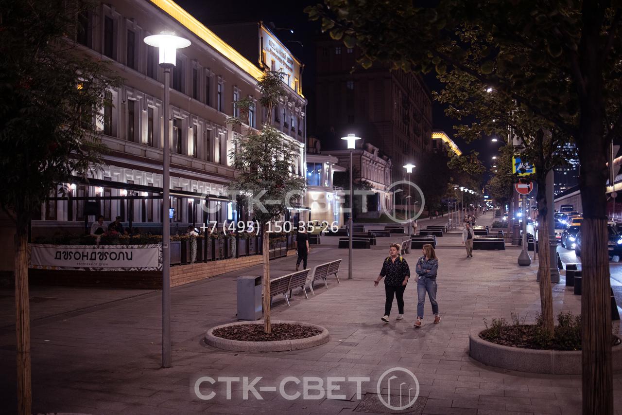 Конструкция круглоконической опоры может быть изменена таким образом, чтобы ее можно было использовать для паркового освещения. В варианте на фото на оголовке конструкции установлен венчающий светильник с цилиндрическим отражателем.