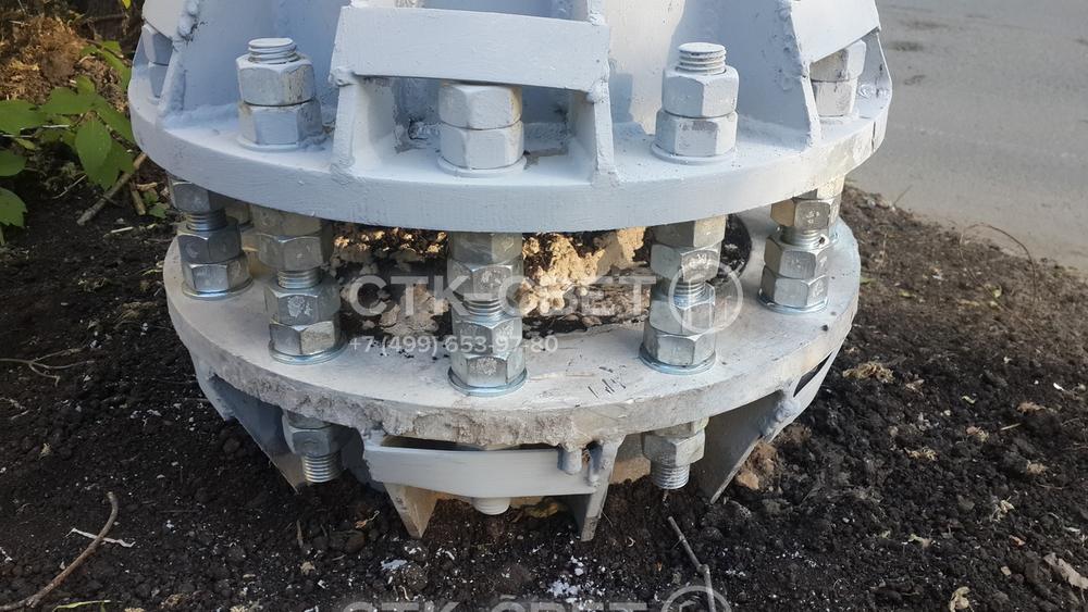 Монтаж мачты производится с помощью фланца. Для этого в месте установки бурится отверстие, в котором бетонируется закладная деталь фундамента. Далее соединение производится с помощью шпилек и гаек.