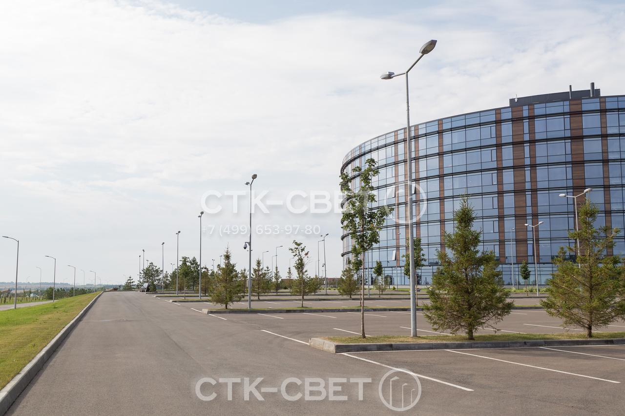 Использование круглоконических опор с двухрожковыми кронштейнами дает возможность осветить большие парковки для транспорта. Чтобы избежать обрыва силовых линий провода для работы светильников прокладываются под землей.