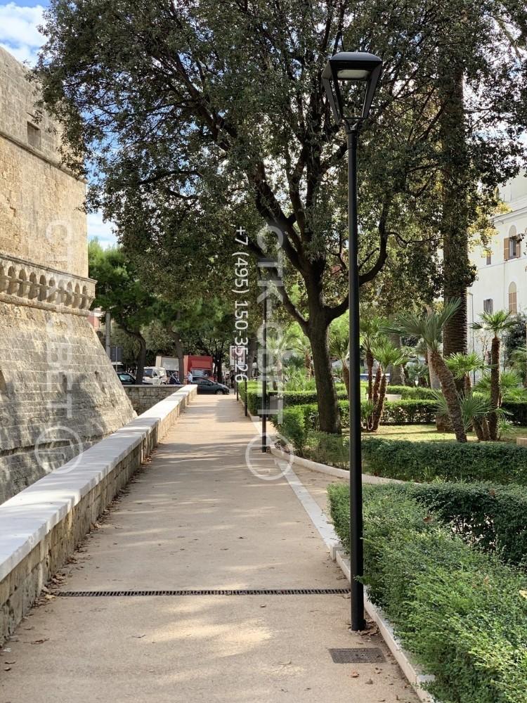 Небольшие по высоте опоры НПК, окрашенные в черный цвет, используются для организации паркового освещения. Для улучшения их внешнего вида и сохранения концепции установлены светодиодные светильники в ретро-стиле.