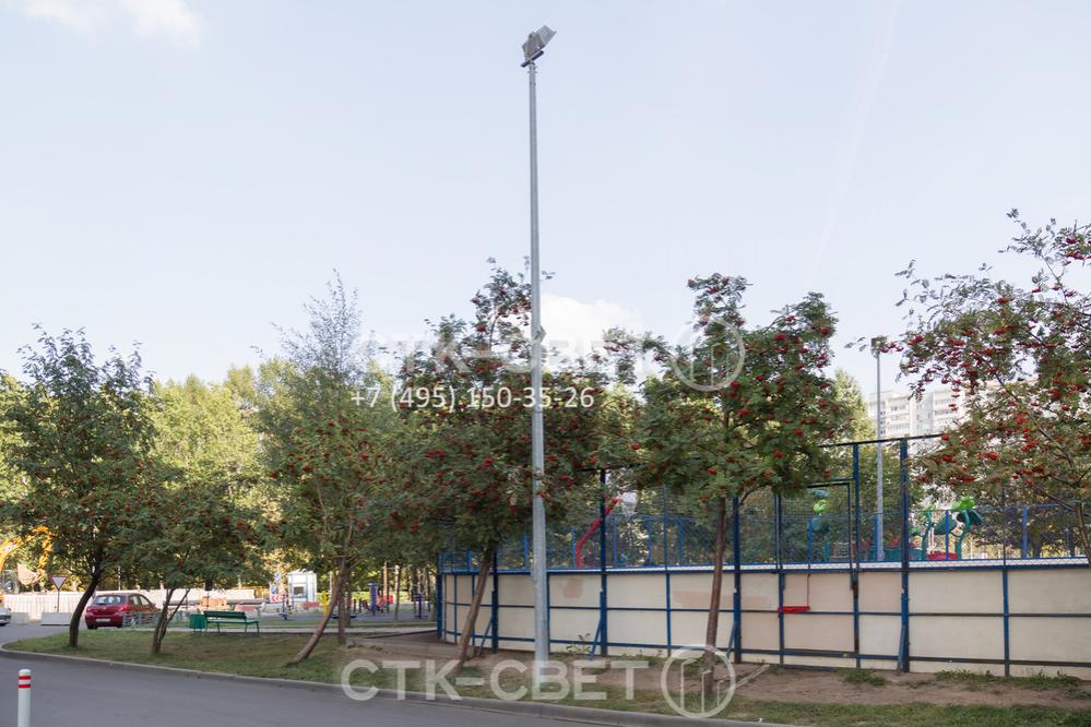 Использование складных опор может быть оправдано в случаях, когда конструкция размещается на территории с густой растительностью. Наклоняемая конструкция позволяет обойтись без подъемника при обслуживании светильников.