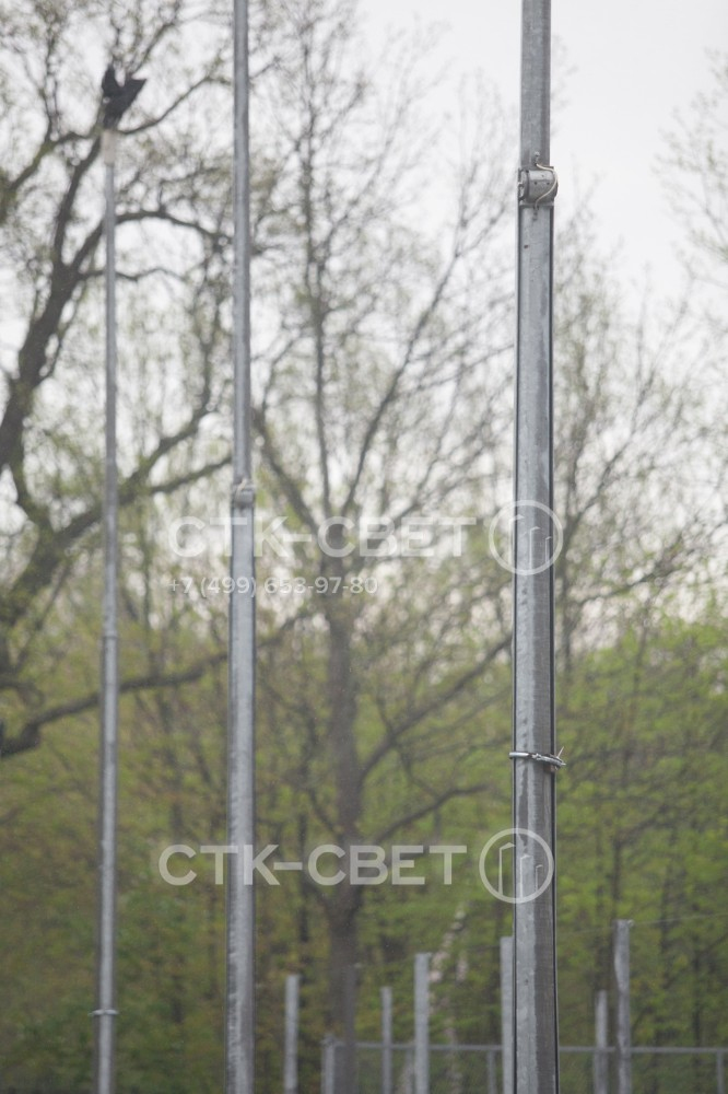 Одним из элементов верхнего сегмента ствола является противовес. Он нужен для того, чтобы уравновесить вес кронштейна и приборов освещения в верхней части. Противовес позволяет опустить сегмент без лебедки.