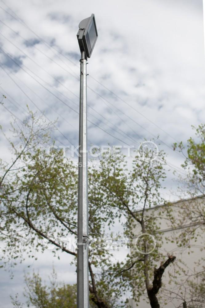 Складная опора с граненым стволом имеет шарнир, который соединяет верхнюю и нижнюю часть ствола. Благодаря поворотному механизму оголовок конструкции можно опустить до уровня земли и обслуживать светильник без подъемника.