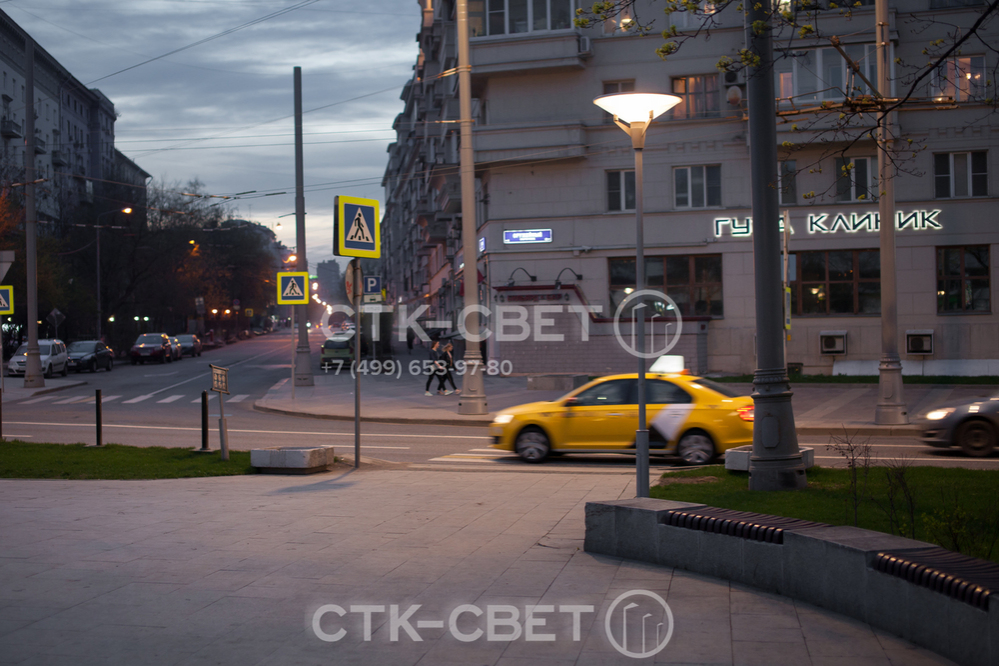 Одна из сфер использования трубчатых опор – парковое освещение. В представленном на фото варианте на опоре с круглым поперечным сечением установлен футуристичный светильник венчающего типа.