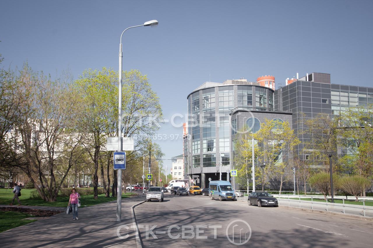 Представленная на фото трубчатая опора используется для размещения приборов освещения и дорожных знаков. Применение одной конструкции для решения нескольких задач сокращает количество опор на улицах города.