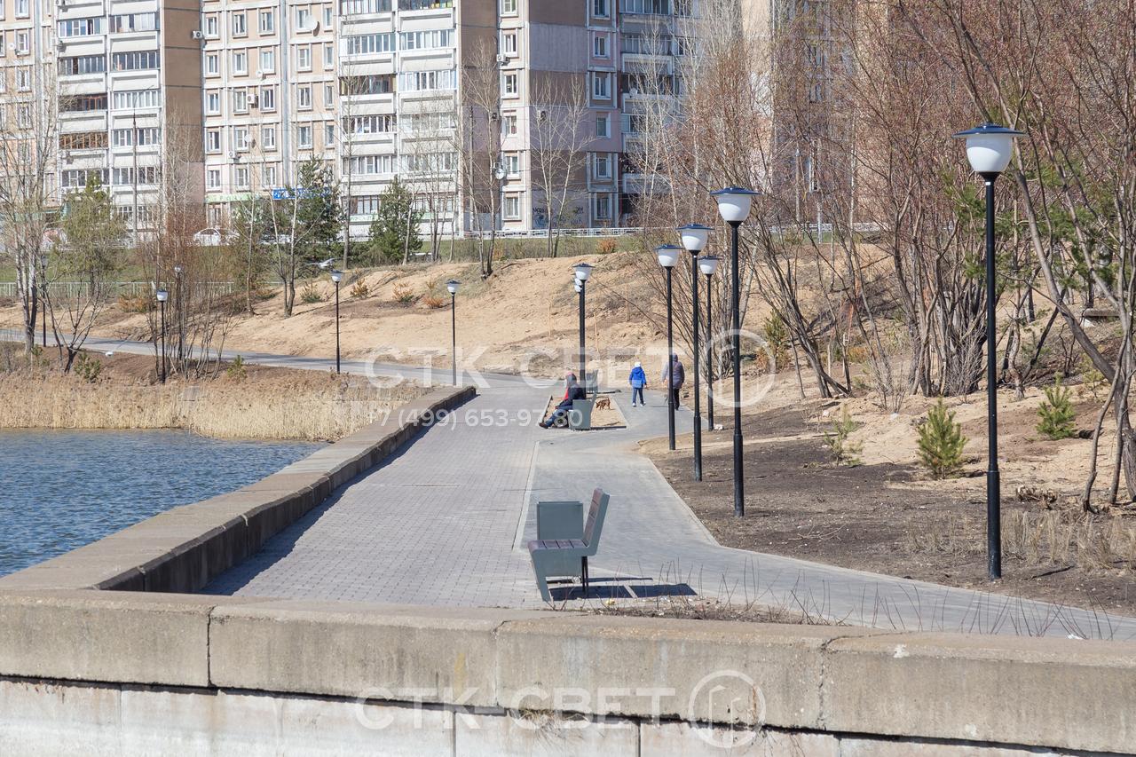 Невысокие трубчатые опоры применяются для локального освещения дорожек в парках. Подводка кабелей к ним производится под землей, поэтому висящие в воздухе кабели не портят внешний вид сквера.