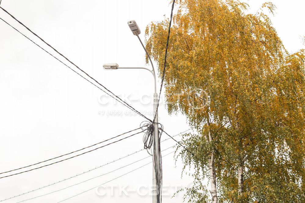 На фото представлен пример неправильного монтажа воздушных силовых линий. Подвеска большого количества проводов может привести к их обрыву в случае налипания снега или льда, сильного ветра.